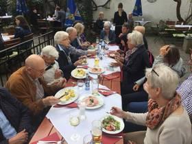 Unsere Seniorengruppe beim Abendessen
