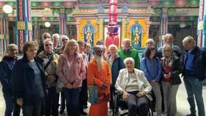Besuchergruppe im Tempel