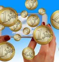 Foto mit durch die Luft wirbelnden Geldmünzen