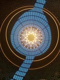 Blick in die beleuchtete Kuppel der Zentralmoschee