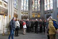 Im Altarraum von St. Ursula mit den zwei Schreinen
