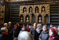 An der Wand: Reliquiengefäße in der Gebeinkammer