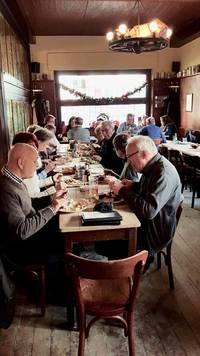 """Beim Essen im Gasthaus """"Schreckenskammer"""""""