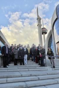 Gruppe auf der Freitreppe zur Moschee