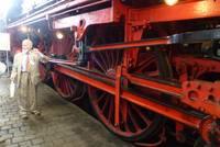 2 Meter hohe Antriebsräder der Schnellzug-Dampf-Lok 01