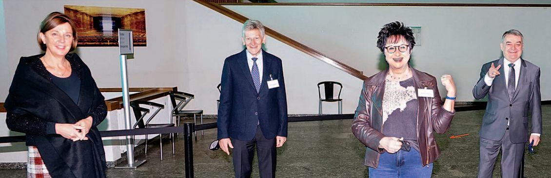 Foto der zu Verabschiedenden und der zwei Landesinister